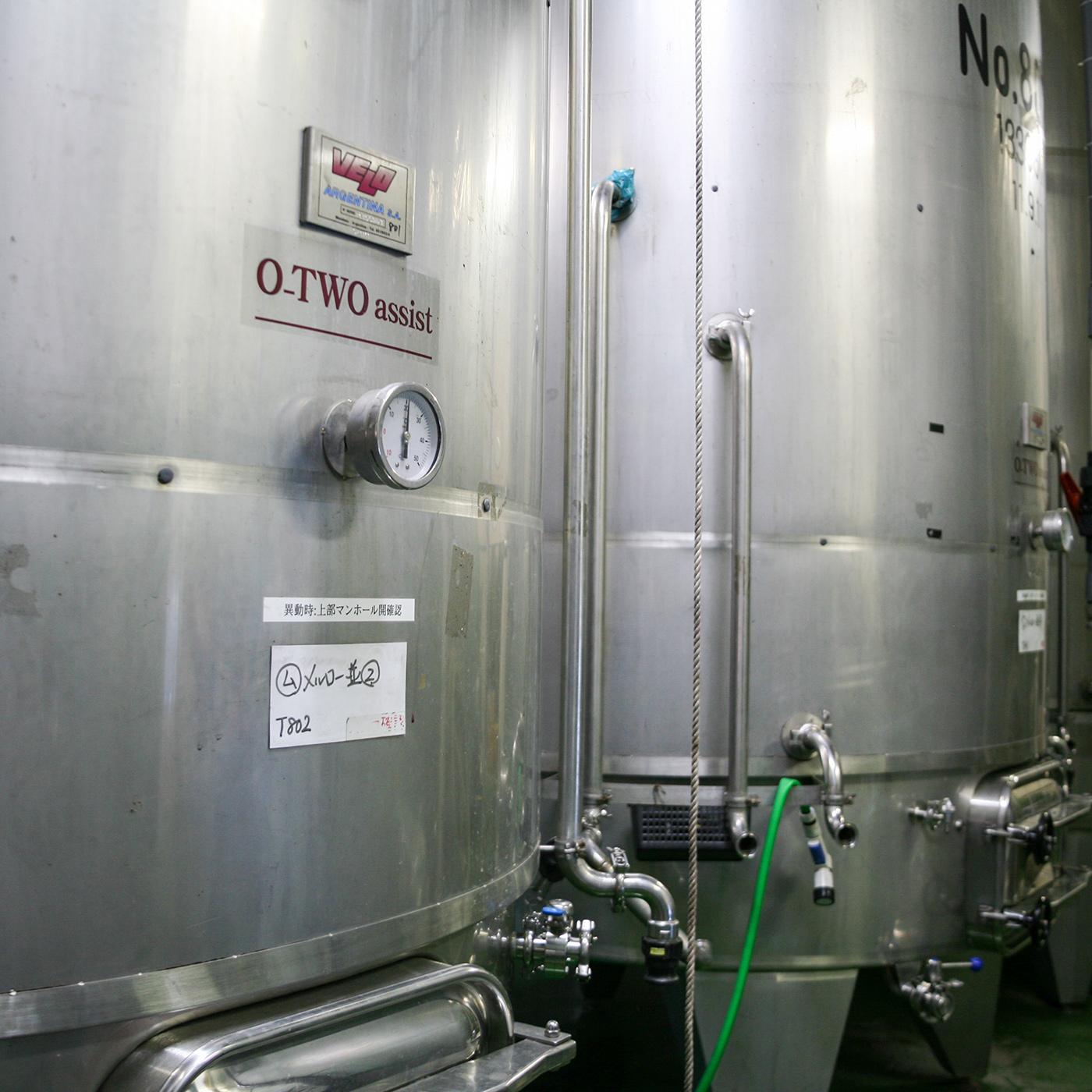 発酵タンクはイタリアメーカー製。上質なワイン造りのために定評のある機器を揃えている。