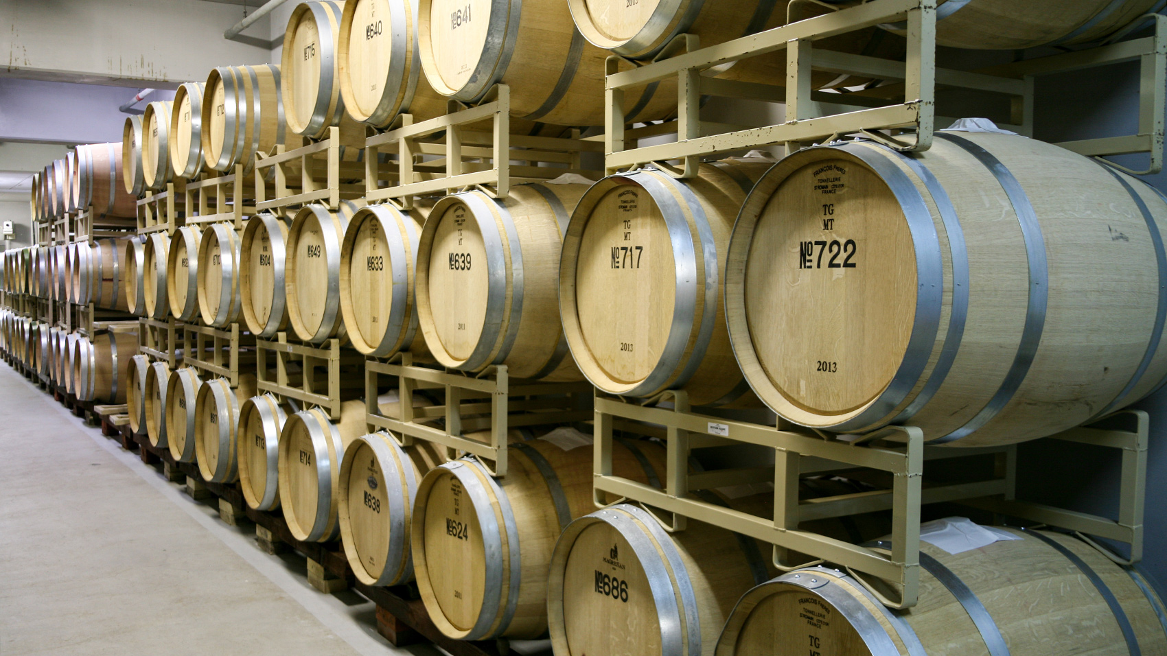 熟成用の新しいオーク樽はフランス、アメリカなどの樽材を使用している。