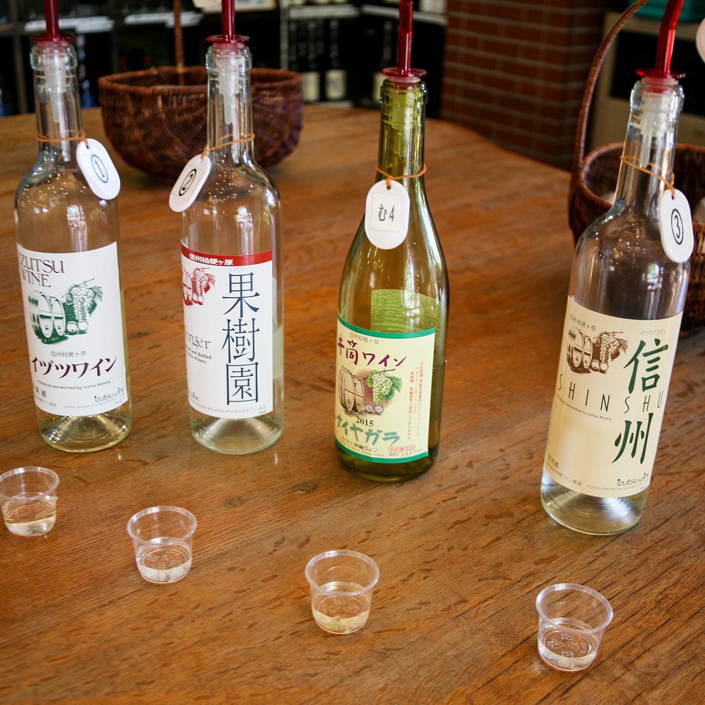 井筒ワインの主な白ワイン。右から「信州 白」(セミヨン、竜眼、ケルナーを使用、1,433円)、「井筒無添加ワイン ナイヤガラ白 甘口」(ナイヤガラを使用、1,282円)、「ヴェルジェ 白」(竜眼、その他を使用、1,066円)、「スタンダード 白」(ナイヤガラを使用、958円)※価格はすべて税込。以下同。