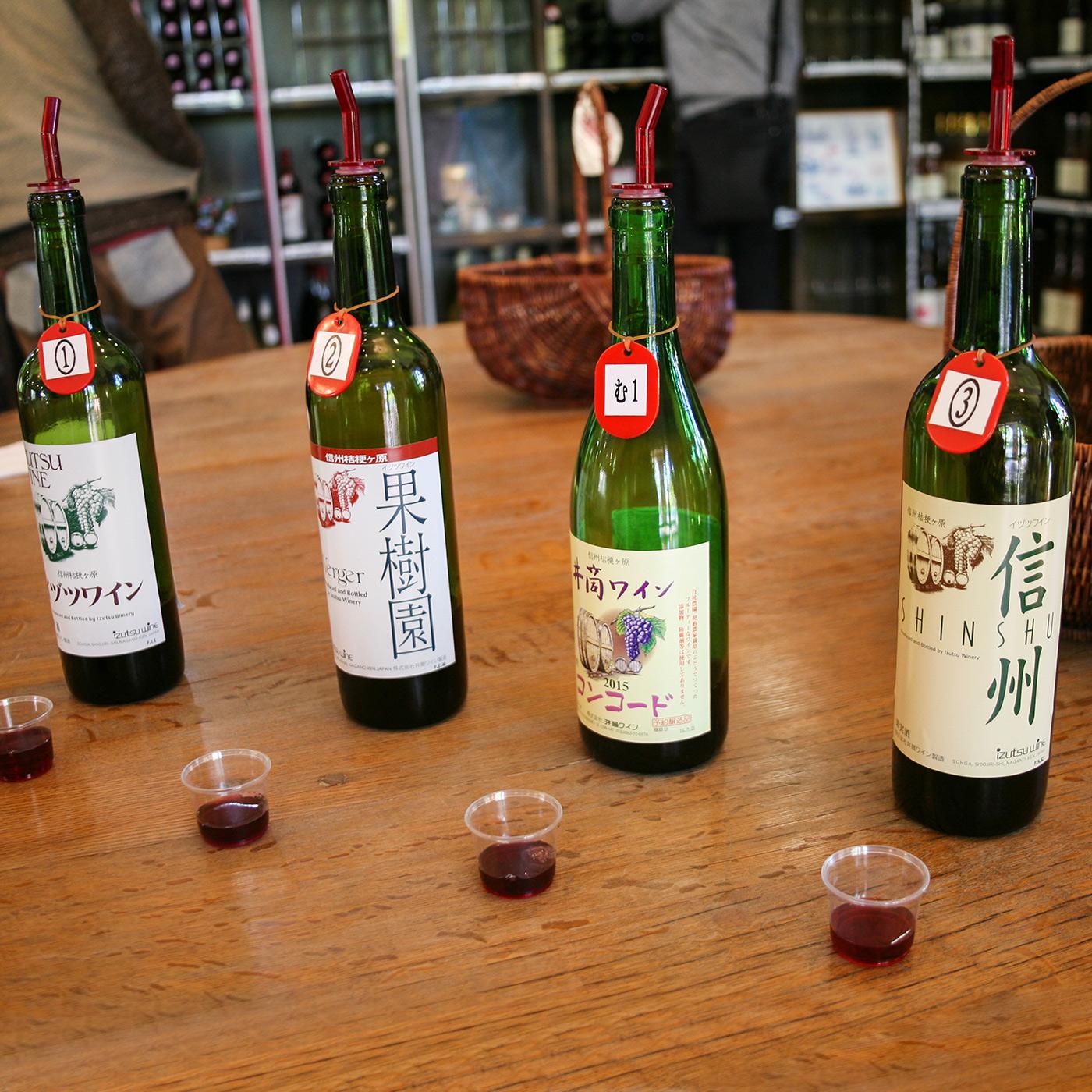 井筒ワインの主な赤ワイン。右から「信州 赤」(メルローを使用、1,433円)、「井筒無添加ワイン コンコード赤 甘口」(コンコードを使用、1,282円)、「ヴェルジェ 赤」(マスカットベリーAを使用、1,066円)、「スタンダード 赤」(コンコードを使用、958円)