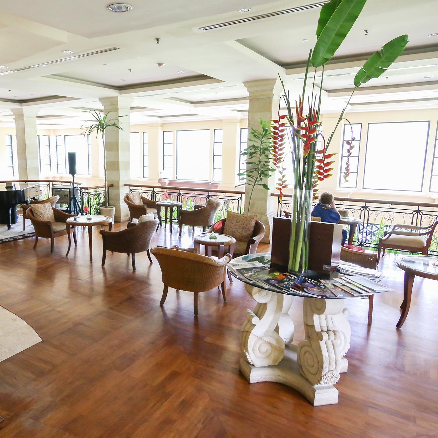 ロビーエリアは、大きな窓からたっぷり注がれる太陽の光と、落ち着いたリゾート感が心地よい。