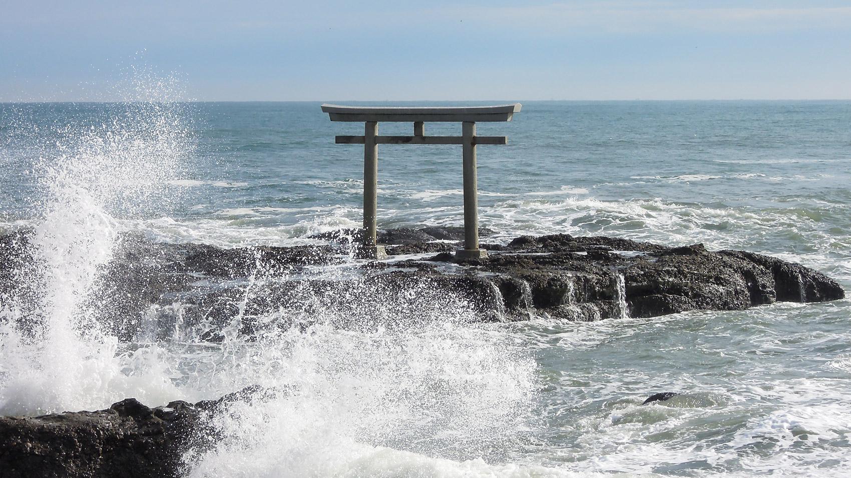 「祭神降臨の地」と伝わる大洗の岩礁。その上に立つ「神磯の鳥居」。