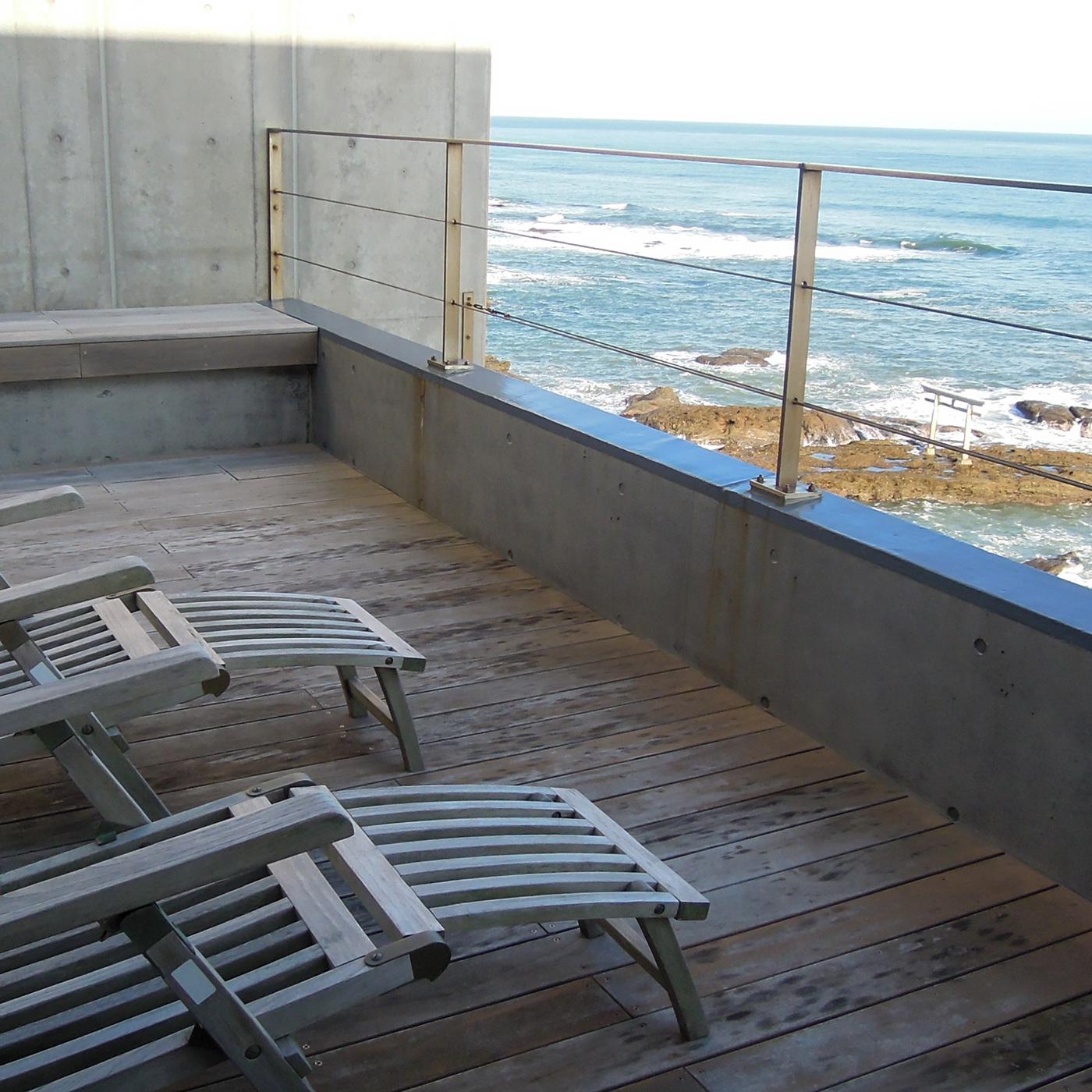 風呂上がりはここでビール片手に海を眺める。「考える時間を持つことの大切さ」を知る。