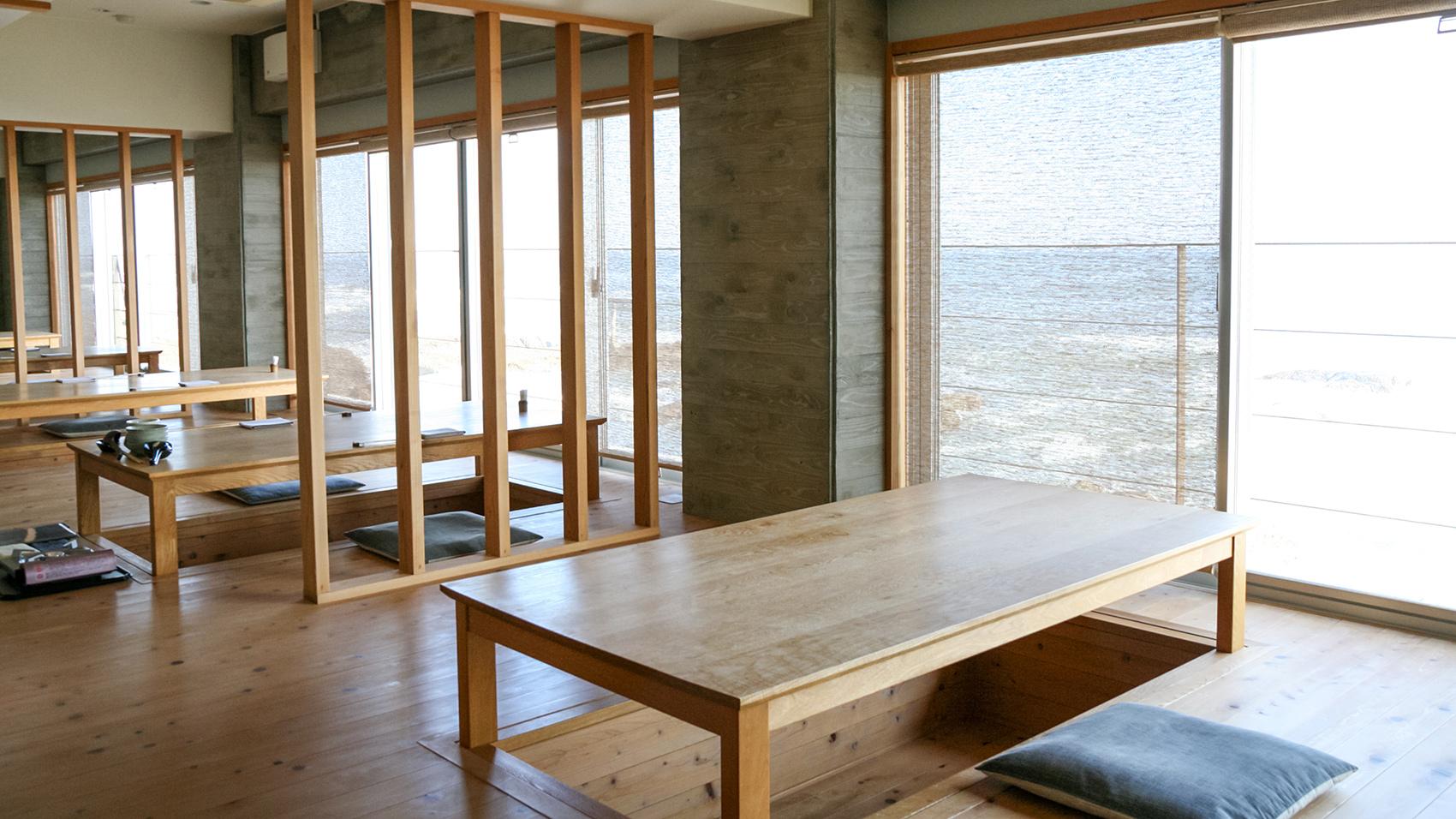 朝食は海から昇る朝日を眺めながら、掘り炬燵式のテーブルがある板張りのお座敷でいただく。