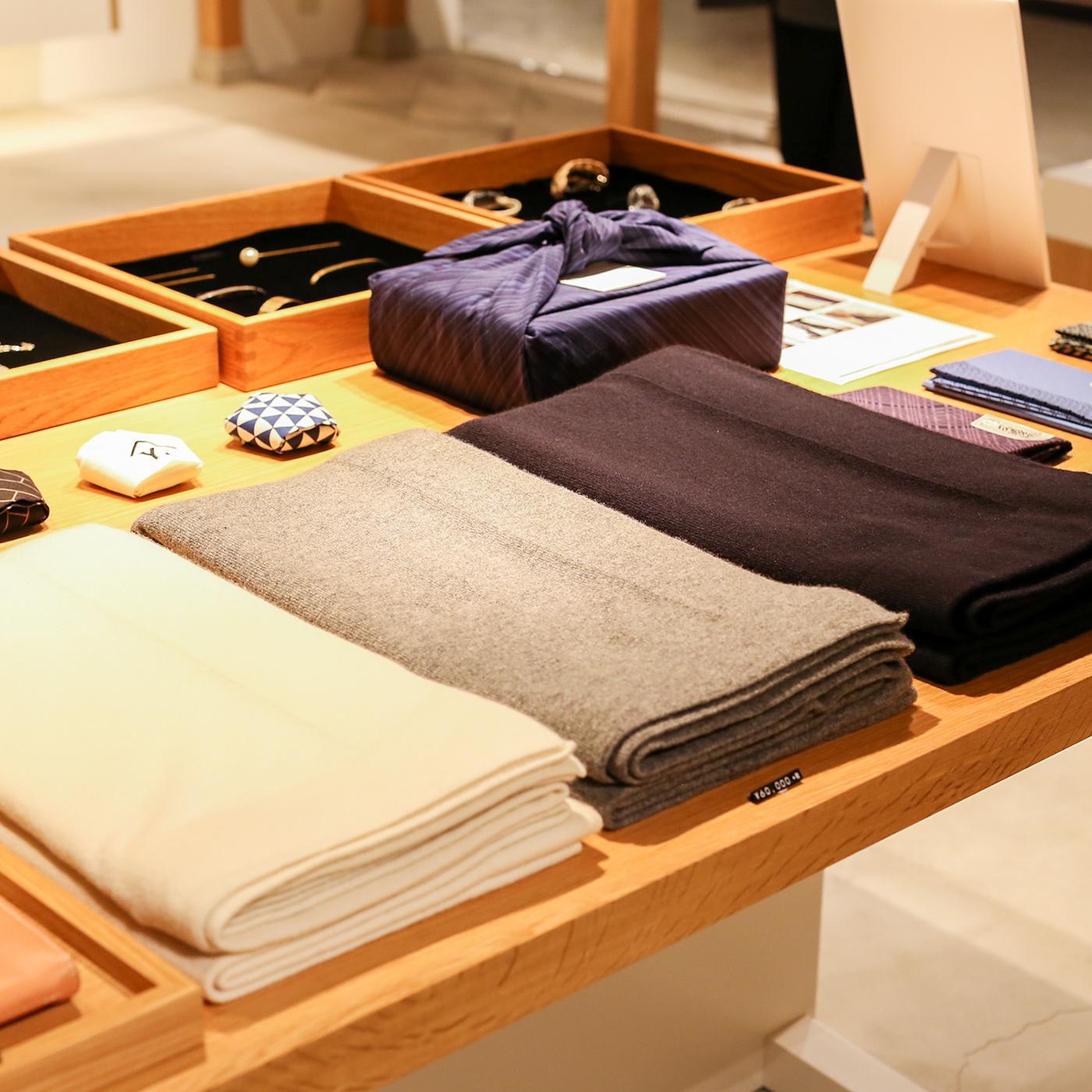 帯留やストール、バッグなどもデザインはモダン。