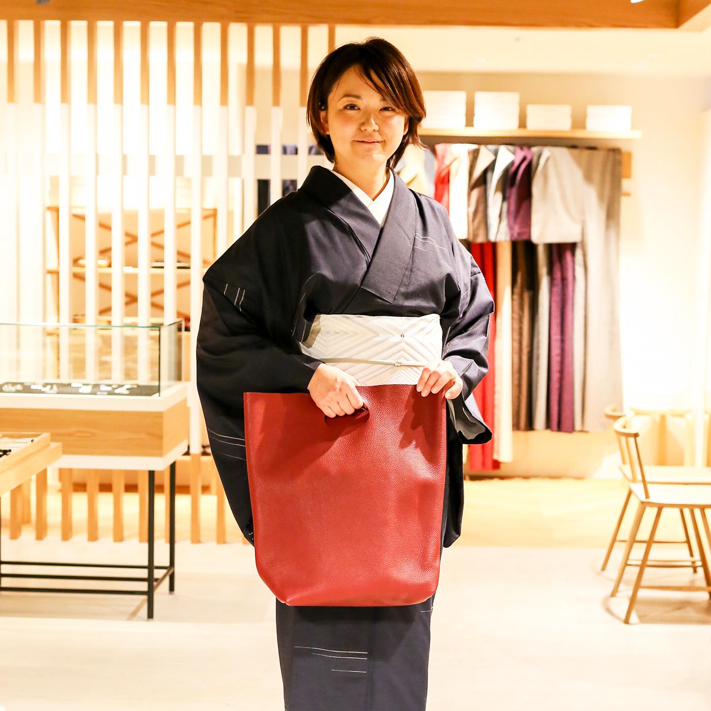 「こんなバッグは如何かしら」と広報担当の森田理恵さん。長身の女性にも合うよう仕立てられている。